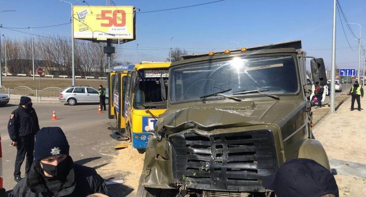 Из-за столкновения маршрутки и грузовика в Луцке пострадало 8 человек