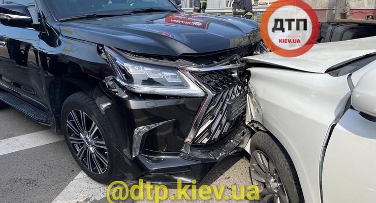 Загадочное тройное ДТП с дипломатом в Киеве: виновник аварии сбежал