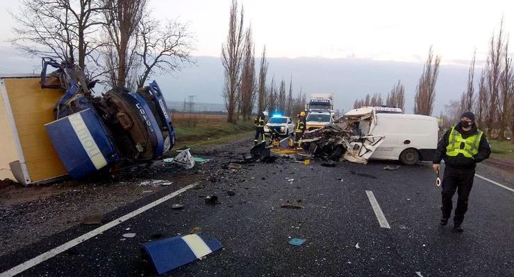 Лобовое ДТП фуры и ритуального авто под Николаевом: водитель погиб