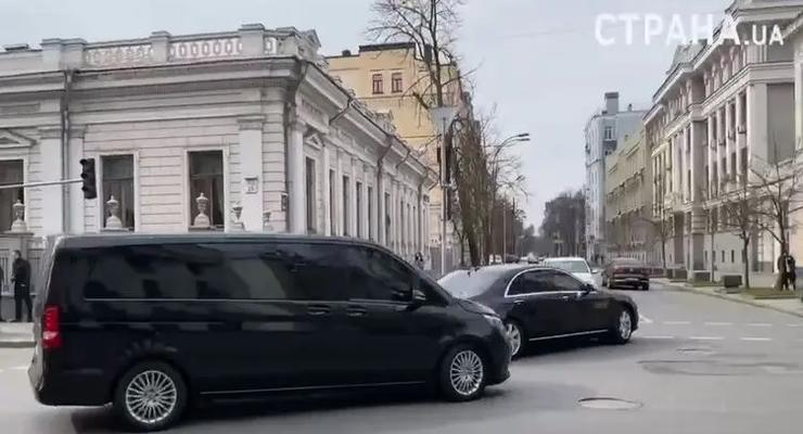 Центр Киева перекрыли на несколько минут ради кортежа Зеленского: видео