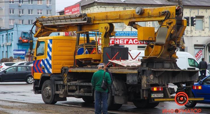 В Днепре автокран переехал женщину, перебегавшую дорогу: видео 18+