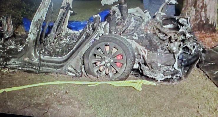 В США Tesla попала в аварию на автопилоте: двое мужчин погибли