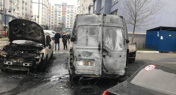 В Киеве мужчина из-за девушки сжег несколько авто: видео