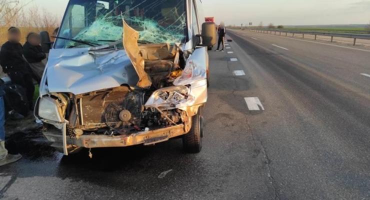 Маршрутка столкнулась с фурой на Одесской трассе: пятеро пострадавших