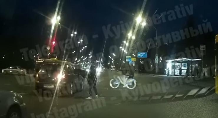 Чуть не сбил пешехода и врезался в авто: видео странной аварии