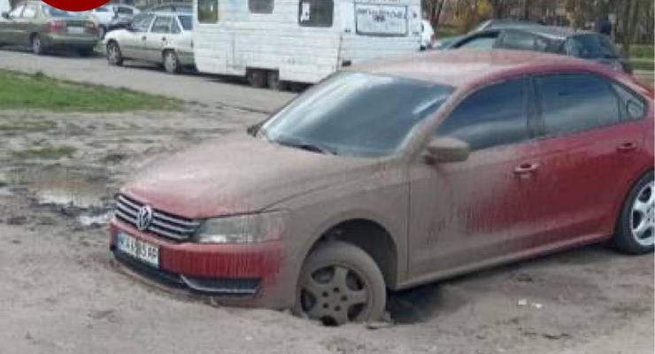 Мгновенная карма: герой парковки провалился в огромную яму