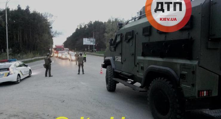 Броневики и усиленные патрули полиции: что происходит под Киевом