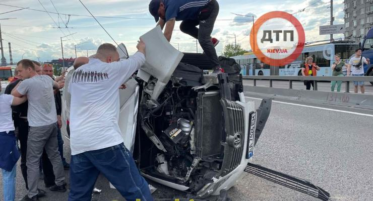 В Киеве Toyota перевернулась из-за троллейбусных проводов на дороге: видео