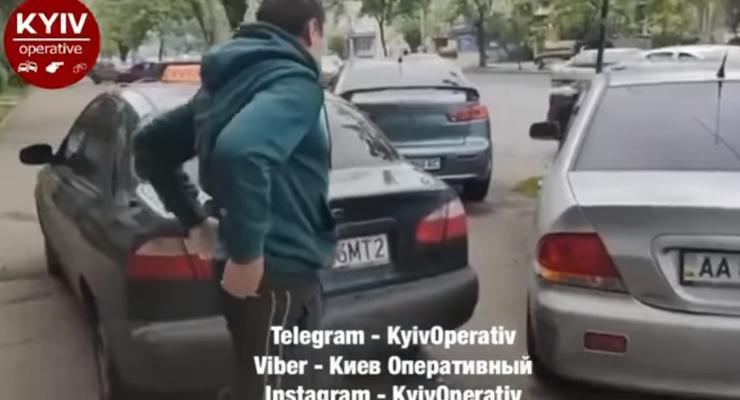 Таксист на бляхах врезался в припаркованный автомобиль и сбежал: видео