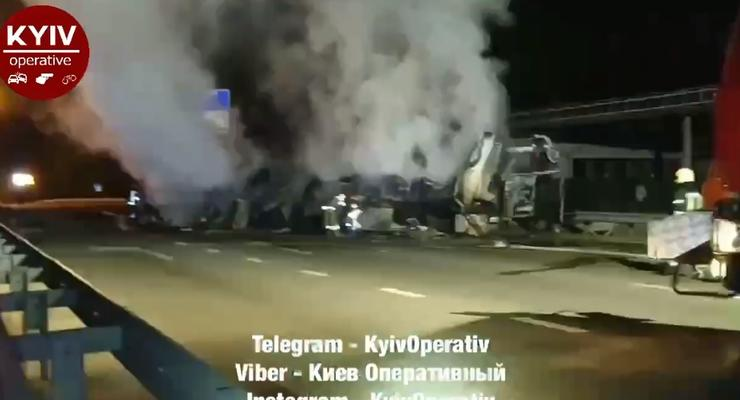 Смертельная авария с фурой на Житомирской трассе: пожар и двое погибших