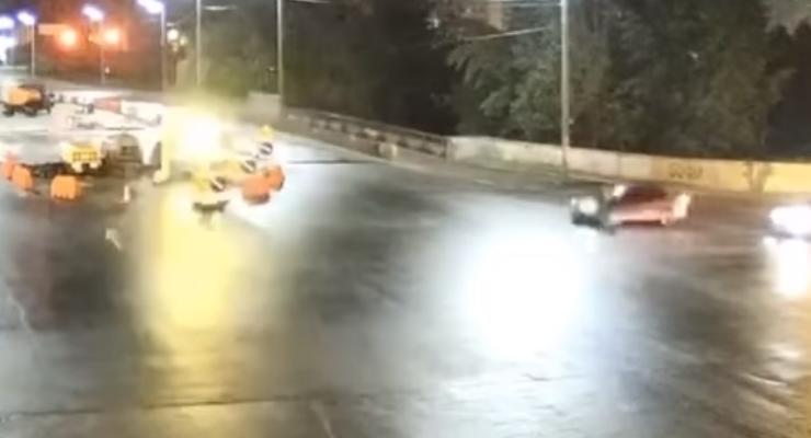 В Киеве сбили велосипедиста-нарушителя, который ехал на красный: видео
