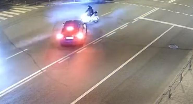 Таксист протаранил мотоциклиста в центре Киева: жуткое видео