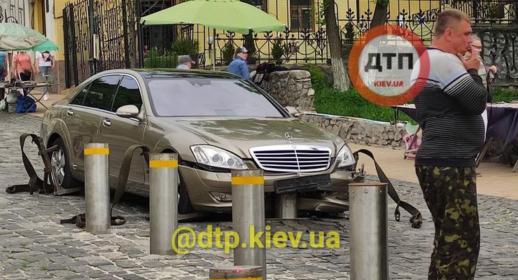 """На Подоле антипарковочный столбик """"подрезал"""" Mercedes: необычное ДТП"""