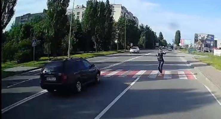 Водитель грузовика спас девушку от неминуемой гибели на переходе: видео