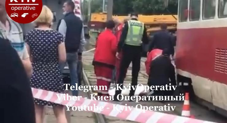 В Киеве девушка поскользнулась и упала под трамвай: видео 18+