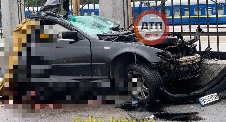 В Одессе BMW разорвало пополам от столкновения со столбом: двое погибших