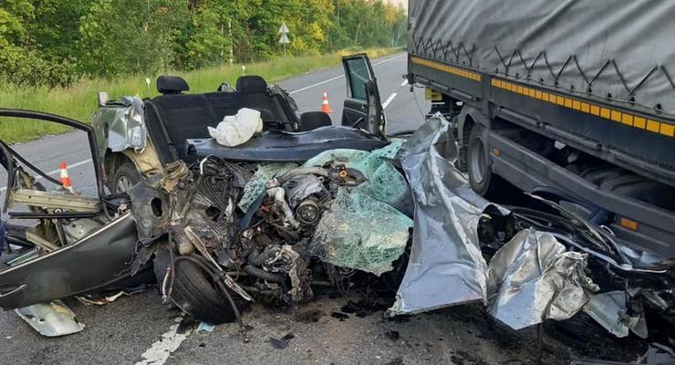 Смертельное ДТП с грузовиком под Киевом: дорога частично перекрыта