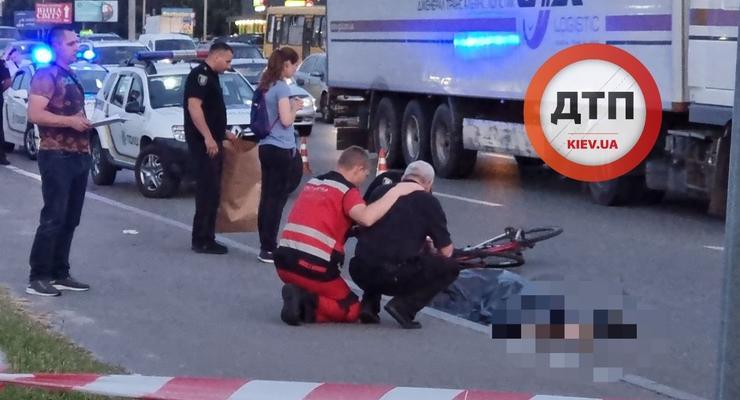 Пьяный пешеход толкнул велосипедиста под фуру: подробности ДТП