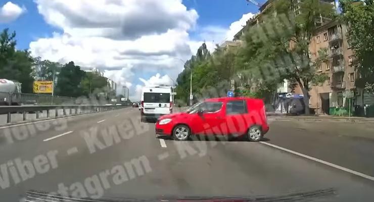 Пьяный водитель на Skoda перекрыл проспект Победы: видео