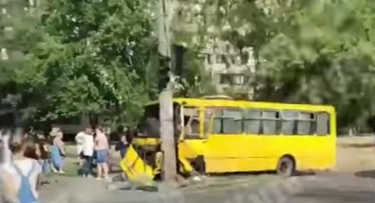 В Киеве маршрутка протаранила столб: не обошлось без пострадавших