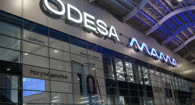 Девушка заплатила за парковку в аэропорту Одессы 1000 долларов: видео
