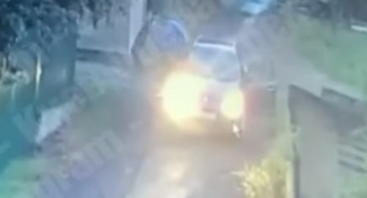 Таксист BOLT выкинул девушку из машины и ударил ее: видео 18+