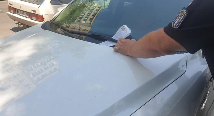 Инспекторы по парковке снова штрафуют авто во дворах: законно ли это