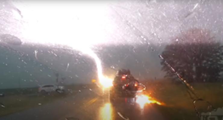 Что происходит с машиной после попадания молнии 4 раза подряд: видео