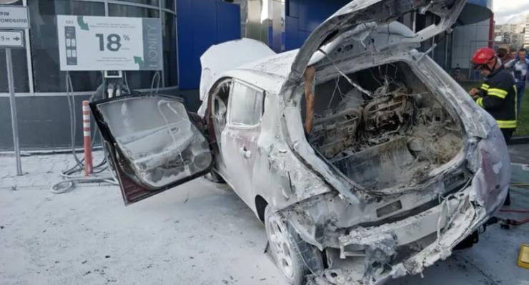 В Хмельницком электромобиль загорелся во время зарядки: видео