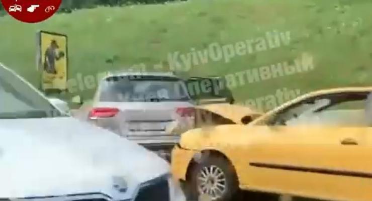 ДТП из 4 авто на реверсивной полосе в Киеве: видео аварии