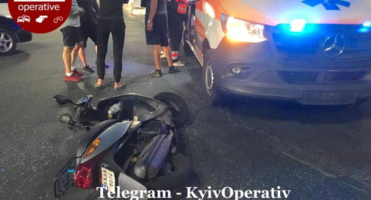 Водитель доставки на скутере не пропустил скорую: фото инцидента