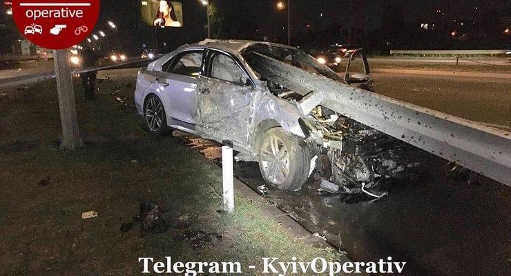 Водитель Volkswagen нанизал авто на отбойник в Киеве: жуткие фото