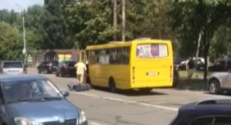 Водитель мопеда врезался в ВАЗ, после чего, его переехала маршрутка