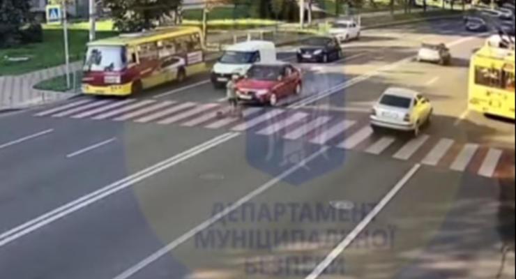 В Киеве сбили водителя самоката на пешеходном переходе: видео 18+