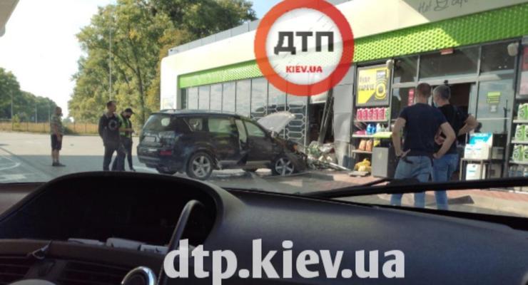 Женщина перепутала педали и протаранила заправку под Киевом: фото