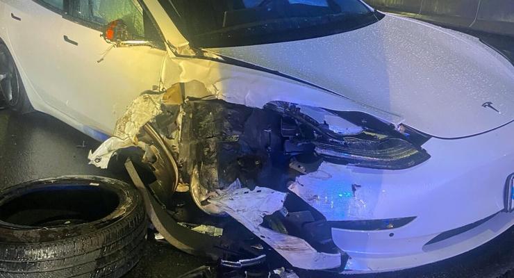 В США Tesla на автопилоте врезалась в машину полиции: фото