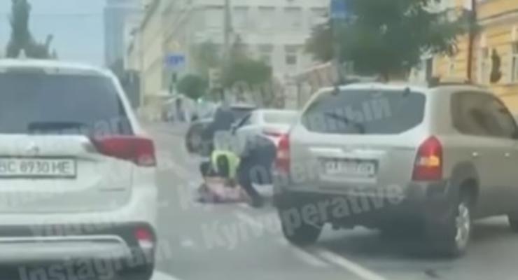 В Киеве на бульваре Шевченко только-что сбили девушку: видео