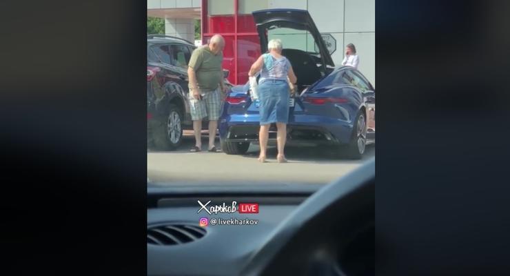 Пожилая пара из Харькова на Jaguar F-type взорвала сеть: видео