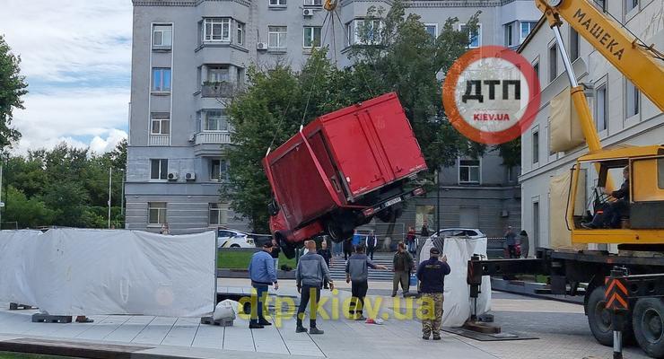 Водитель грузовика провалился в фонтан за 3 млн грн: видео
