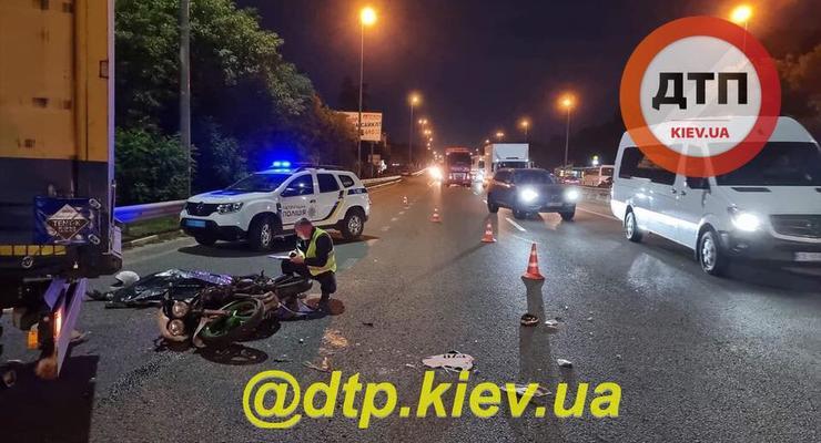 Смертельное мото-ДТП с фурой под Киевом: фото и видео