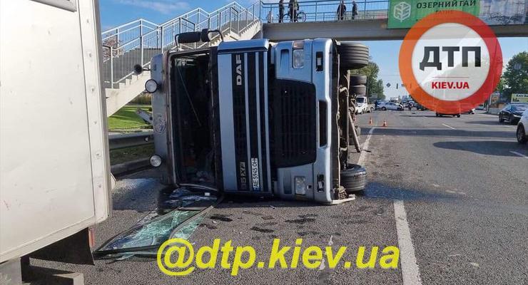 Под Киевом пьяный полицейский протаранил фуру: видео момента аварии