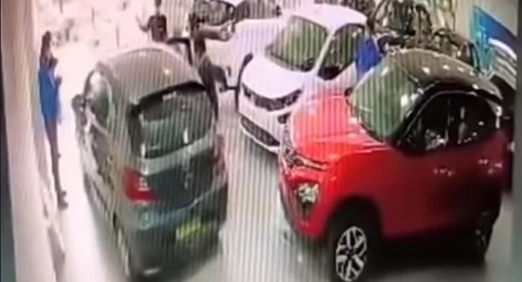 Облом года: водитель разбил новенький автомобиль сразу после покупки