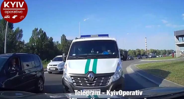Утренняя пробка в Киеве, закончилась массовой ездой по встречке: видео