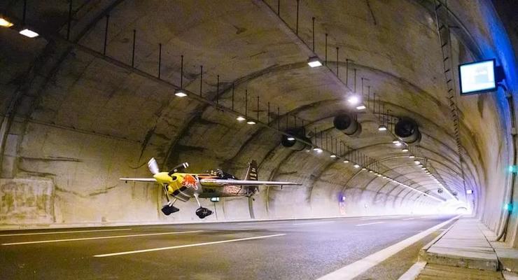 Пилот самолета пролетел через автомобильный тоннель: эпичное видео