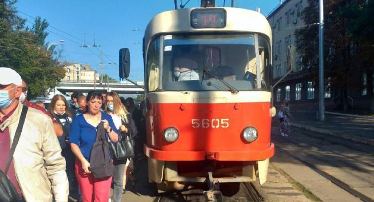 Неудачный разворот парализовал движение трамваев на Подоле: видео