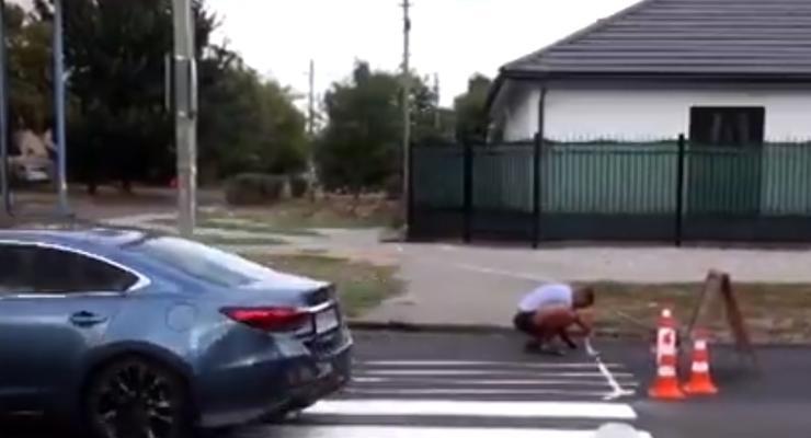 Украинец решил сам нарисовать пешеходный переход: видео