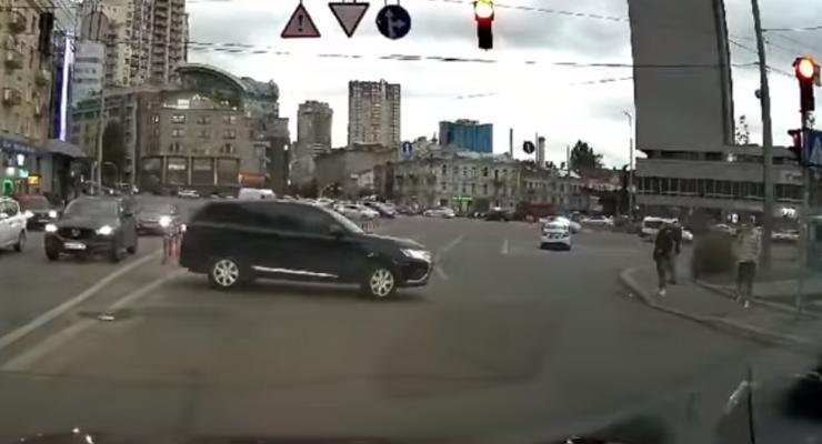 Мгновенная карма: полиция оштрафовала водителя за пересечение двойной сплошной