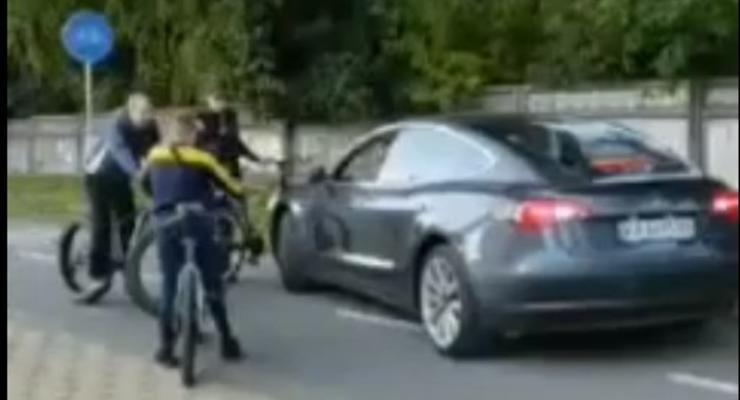 Велосипедисты заблокировали Tesla, которая ехала по велодорожке: видео