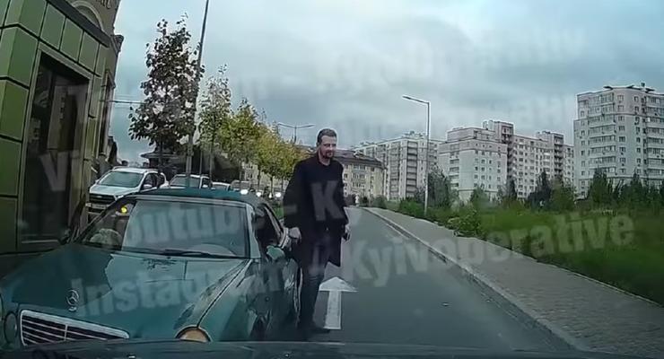 Водитель выехал на встречку, закрыл машину и ушел: курьезное видео