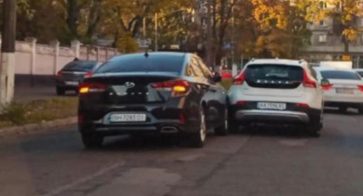 Два водителя столкнулись на встречке, когда пытались объехать затор